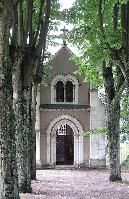 Inicialmente Santa Bernadette foi enterrada nesta capelinha, no jardim do claustro do convento de Nevers