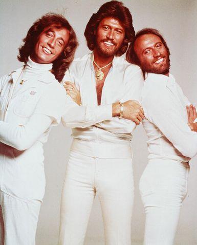 Foto de Bee Gees posando de blanco