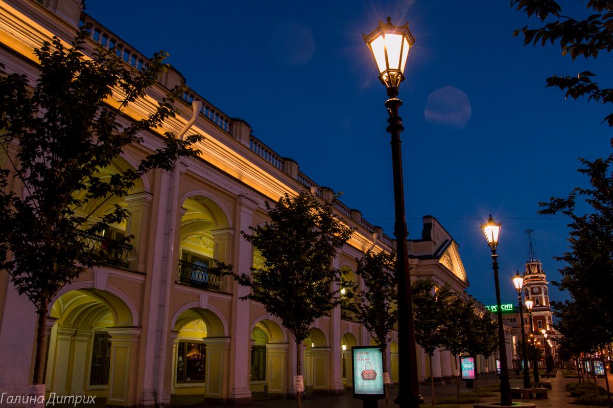 Гостиный двор ночью фото