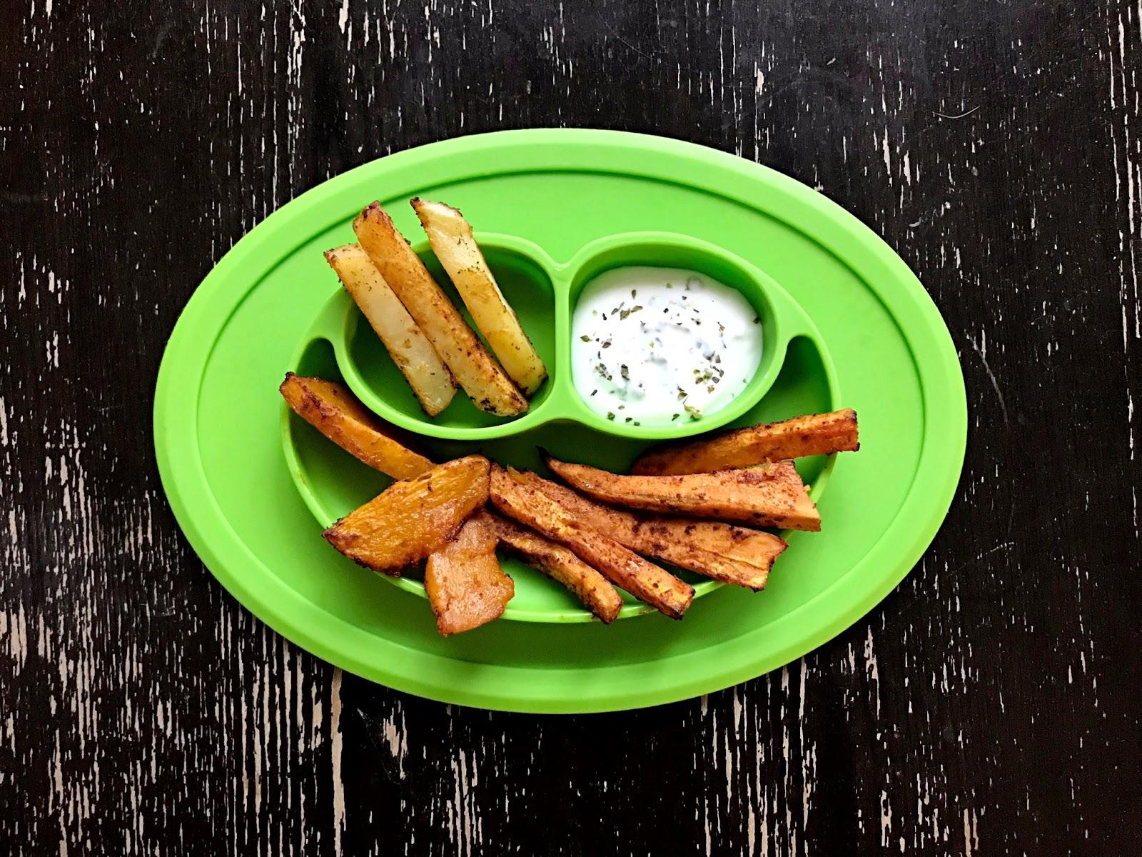 Jesienne frytki z dyni i batatów z sosem jogurtowo-ziołowym