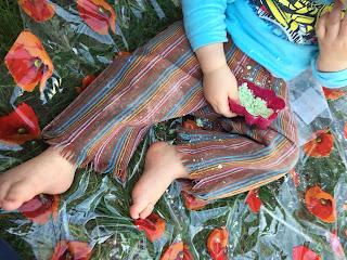 Malaxage du sable magique par un enfant, DIY