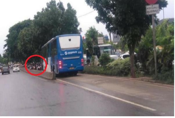 Niatnya Mau Menghindar Dari Kemacetan, Pemotor ini Malah Terjebak di Jalur TransJakarta