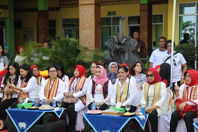 Aprilani Yustin Ficardo Dan Ibu Negara Iriana Jokowi Berdialog Dengan Organisasi Perempuan Se-Lampung