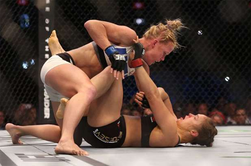 Pukulan Holly Hole ke wajah Ronda Rousey
