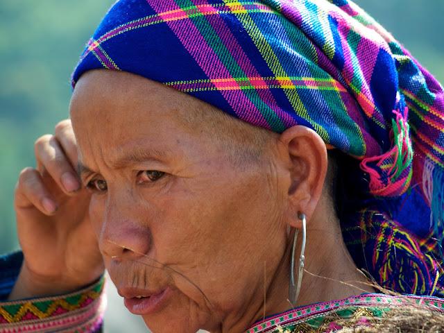 Mujer de la etnia mong flor en el mercado
