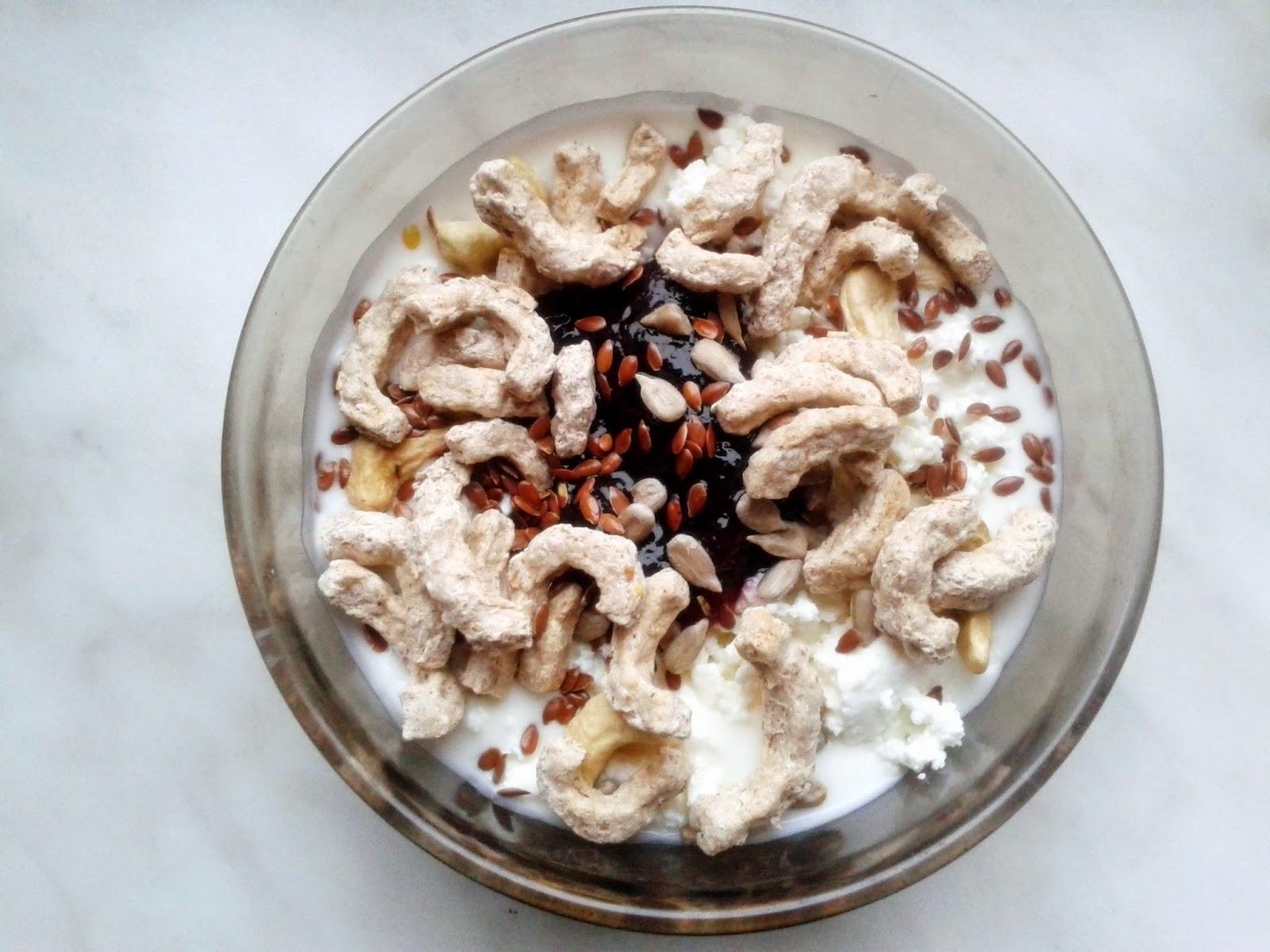 Jogurt naturalny z dodatkiem dżemu, błonnika, siemienia lnianego