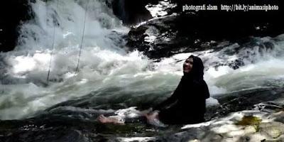 photografi wanita berjkerudung di wisata alam