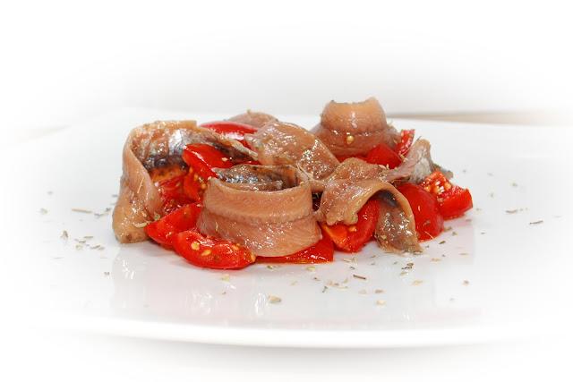 acciughe salate agre con pomodorini e origano