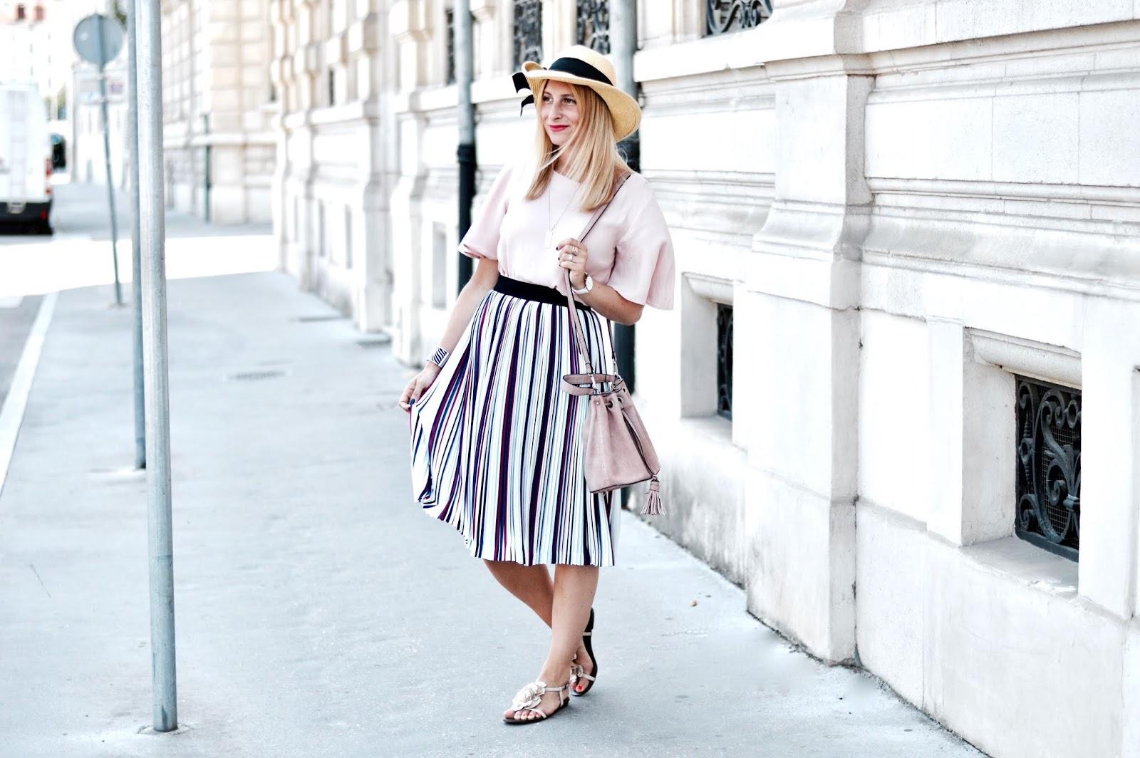 Look Femme été : jupe midi multicolore et chapeau de paille