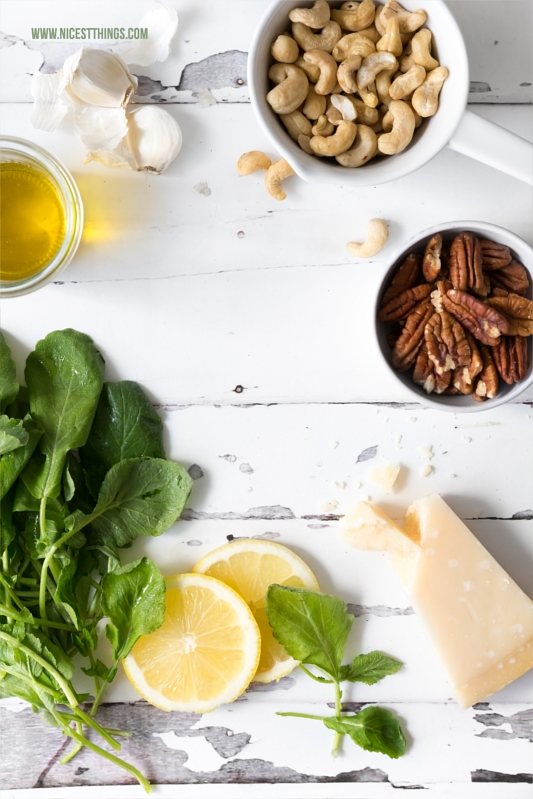 Zutaten für Radieschengrün Pesto aus Radieschen Blättern