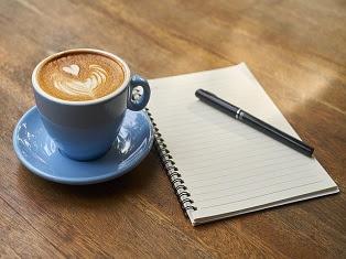 tazza con caffè e blocknotes