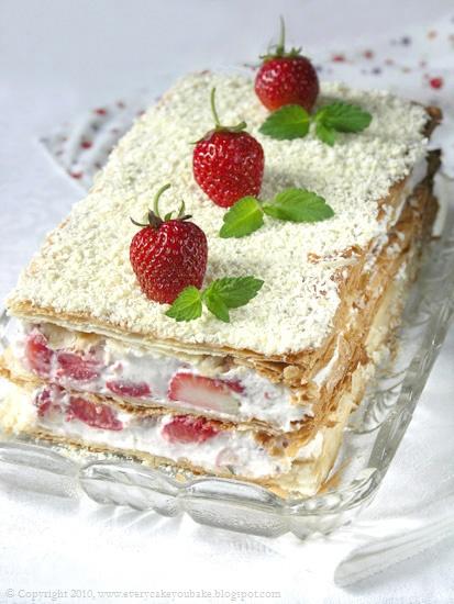 millefeuille - przekładaniec z ciasta francuskiego z truskawkami, białą czekoladą i kremem bazyliowym
