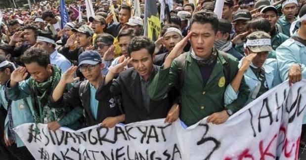 """Aksi demo yang dilakukan mahasiswa dalam rangka evaluasi 3 tahun Pemerintahan Joko Widodo-Jusuf Kalla berujung ricuh. Dalam aksi yang digelar di depan Istana Negara sejak hingga Jumat malam kemarin, 12 mahasiswa ditangkap.  Koordinator Pusat Aliansi BEM Seluruh Indonesia (SI), Wildan Wahyu Nugroho mengatakan, mereka yang diciuk berasal dari berbagai universitas.  Rinciannya Yogi Ali (IPB), Aditia (Unriau), Ardi (IPB), Wafiq (UB), Taufiq (UB), Golbi (IPB), Yahya (IPB), Susilo (IPB), Fauzan (Tazkia), Ramdhani (Unpak), Rifki abdul (akpi bogor), Gustri (Untirta).  Wildan menyebut tindakan represif yang dilakukan aparat, mengindikasikan jika kondisi negara sedang tidak baik. """"Negara bersikap semena-mena. Tak perlu diragukan, gelombang mahasiswa akan bergejolak,"""" katanya melalui siaran pers, Sabtu (21/10)"""