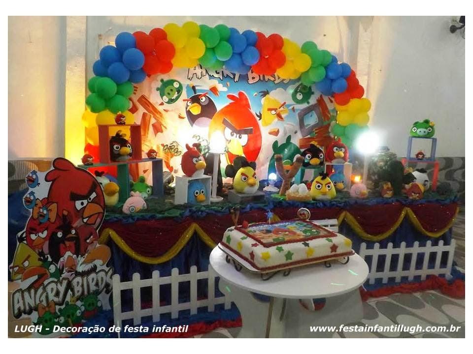 decoração tradicional luxo de festa infantil em mesas com toalhas