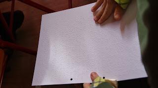 Παιδί αγγίζει σελίδα Braille