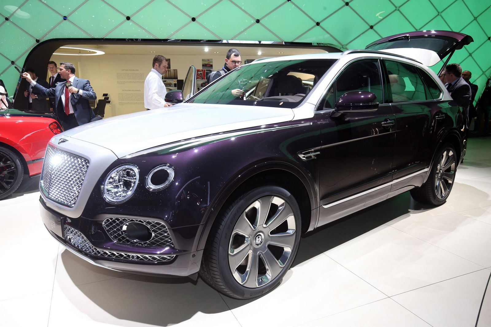 bentley bentayga mulliner is a warning shot to the rolls royce suv carscoops. Black Bedroom Furniture Sets. Home Design Ideas