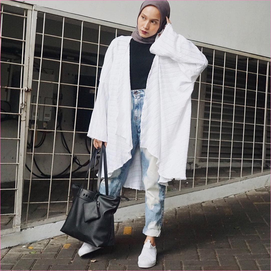 Outfit Celana Jeans Untuk Hijabers Ala Selebgram 2018 mangset outer sneakers kets putih totebags hitam kerudung segiempat hijab square coklat pants jeans denim ootd trendy