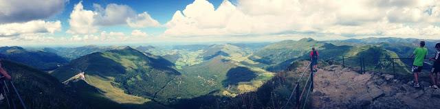 Sommet du Puy Mary, Vue sur les Monts du Cantal et le Parc Regional des Volcans d'Auvergne