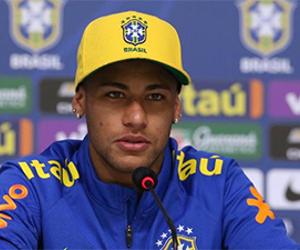 """Neymar se irrita com jornalista: 'Por que não posso ir para a balada?"""""""