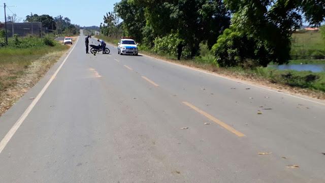 Jovem empina moto e bate em viatura da Polícia Militar
