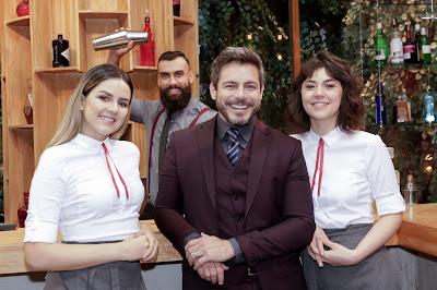 As garçonetes Beatriz e Anna Beatrice com Luigi Baricelli e o barman Thiago - Divulgação/Band