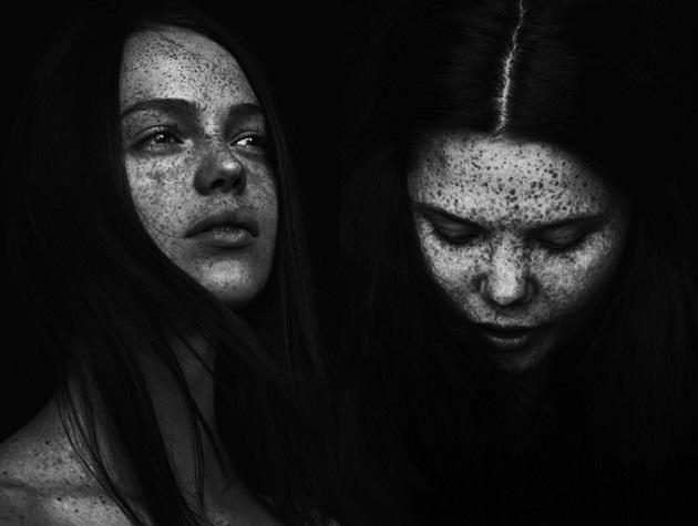 photo by Jonas Carmhagen, fotos en blanco y negro chidas inspiradoras, freckled young women portrait,