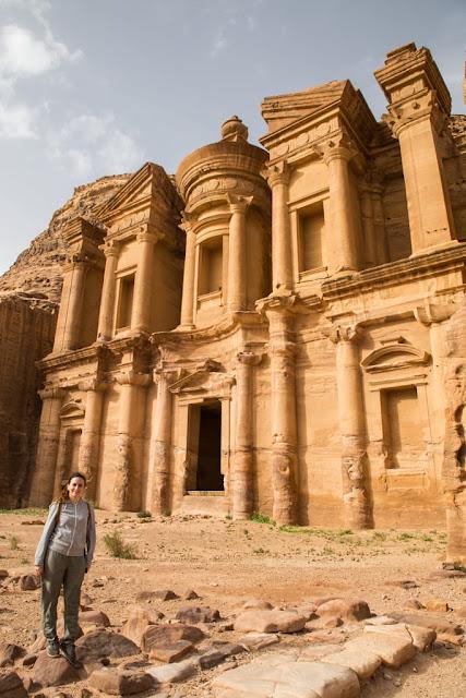 Vista lateral de la fachada del Monasterio de Petra, Jordania