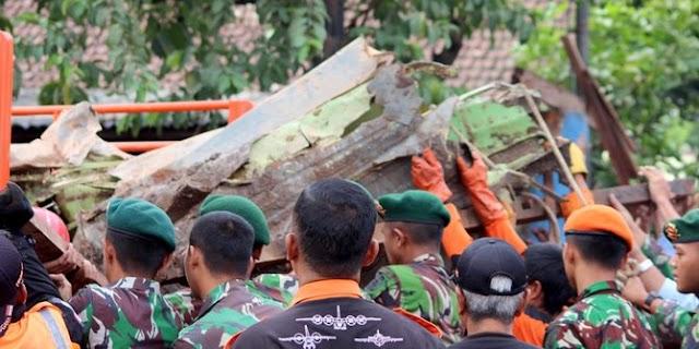 Evakuasi Super Tucano yang jatuh di Malang dihentikan