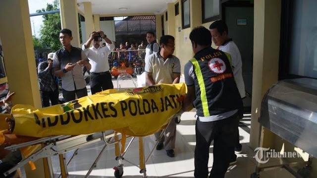 Polisi mengevakuasi jenazah pelaku bom di Mapolrestabes Surabaya menuju kamar mayat RS Bhayangkara Polda Jatim, Senin (14/5/2018). Total korban bom di Surabaya, di 3 Gereja dan Polrestabes Surabaya menjadi 22 orang meninggal dunia.
