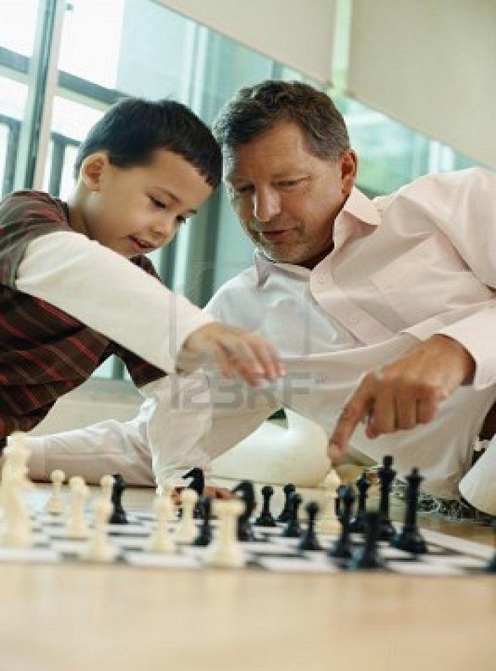 Gambar merangsang dan melatih kecerdasan otak anak dengan bermain catur