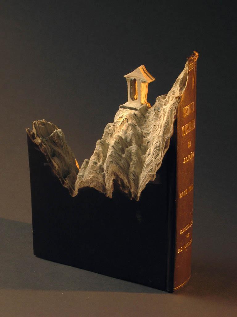 Artista faz esculturas usando páginas de livros