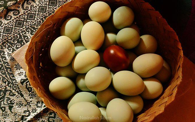 Selain kerajinan bambu, di desa wisata Sanankerto juga membuat Telur Asin