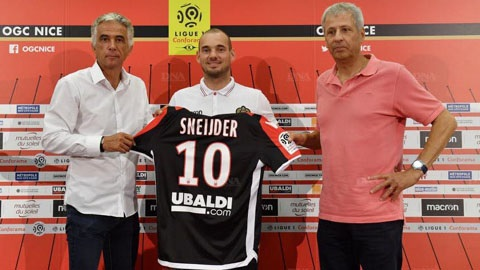 Sneijder nhận áo số 10 của David Beckham
