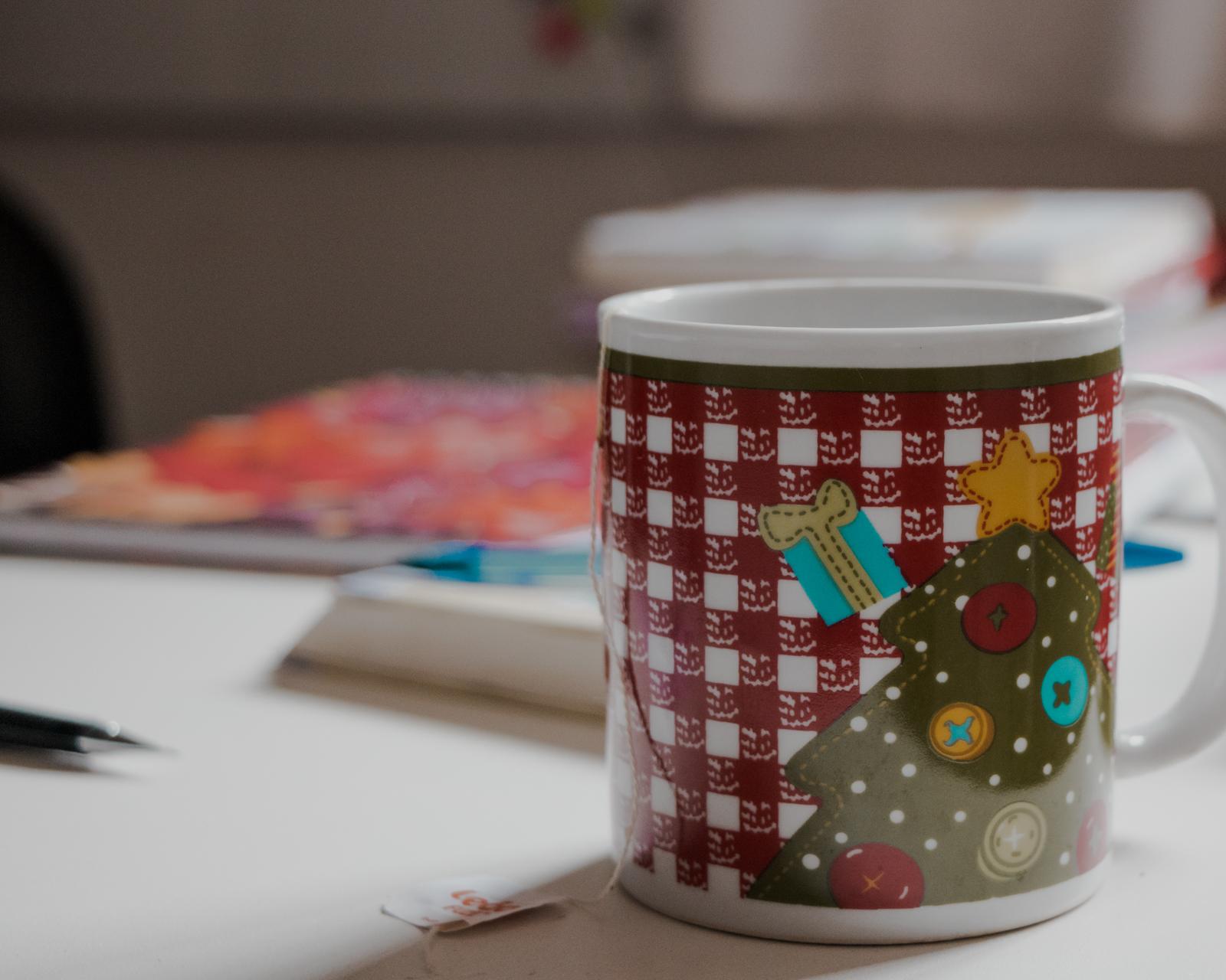 caneca chá sob mesa escritório