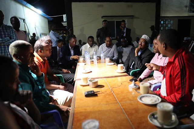 Somali President drops by a local cafeteria to engage with the public