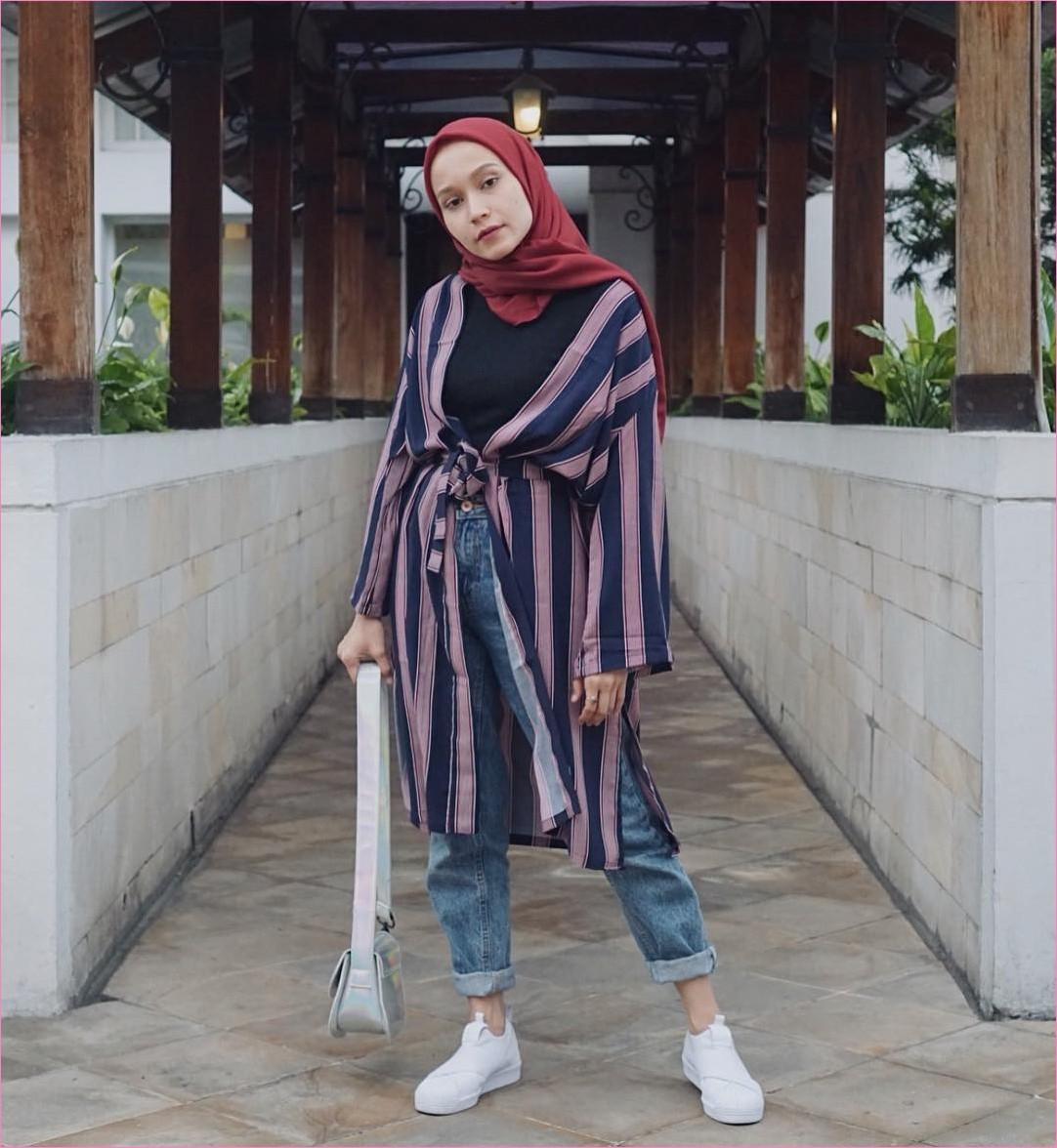 Outfit Celana Jeans Untuk Hijabers Ala Selebgram 2018 mangset hitam outer biru tua ungu muda slingbags abu kerudung segiempat hijab square merah tua pants jeans denim kets sneakers putih ootd trendy