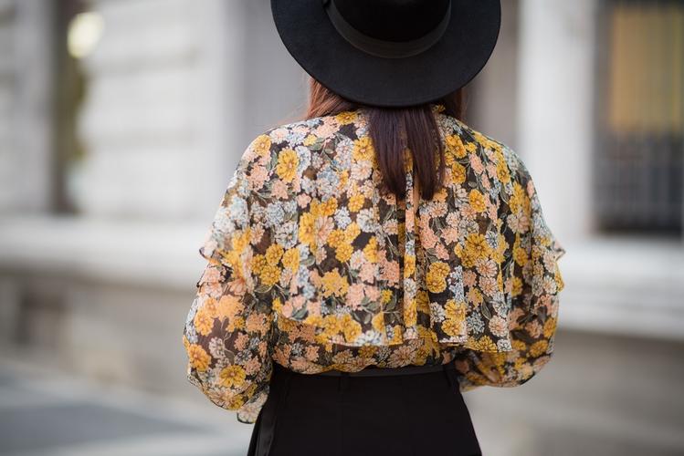 elegancka bluzka z falbanami i kapelusz