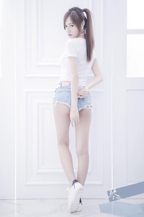 Pretty tall babe wearing jean short showing her sexy legs  [15pics]