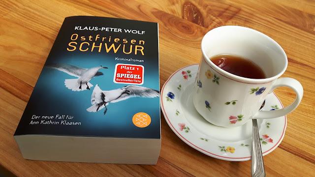 Teetasse und Buch