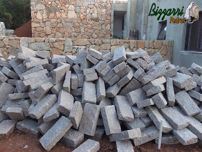 Monte de pedra folheta cortadas para execução de piso de pedra.