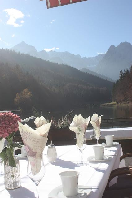 Romantische Herbsthochzeit in den Bergen von Garmisch-Partenkirchen, Vintage-Style, heiraten im Hochzeitshotel Riessersee Hotel; wedding destination abroad Bavaria, Fall mountain wedding