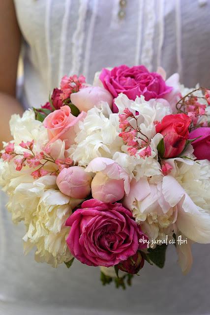 buchet mireasa flori albe si roz