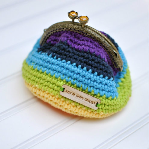 Crochet clasp clutch, free pattern (photo by Just be Happy Life) | Happy in Red