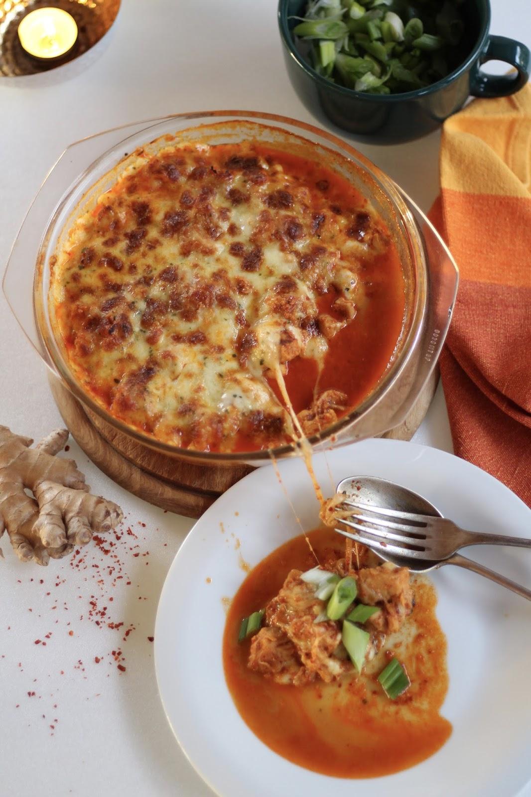 Feuriges koreanisches Huhn mit Mozzarella überbacken