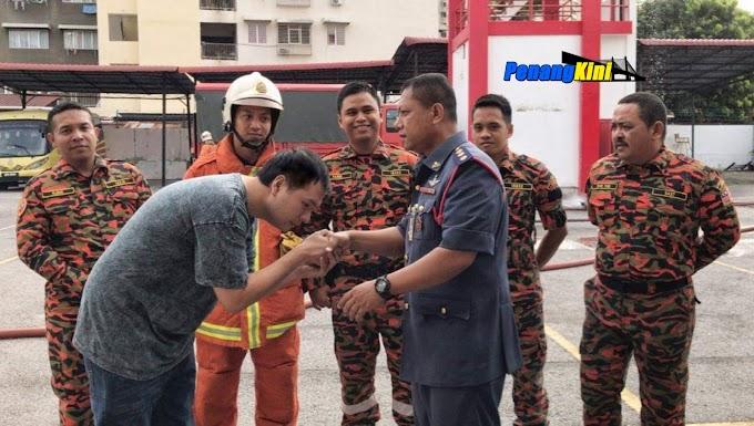 Selepas Hina Bomba, Lelaki Ini Datang Ke Balai Bertemu Dan Mencium Tangan Pegawai Bomba