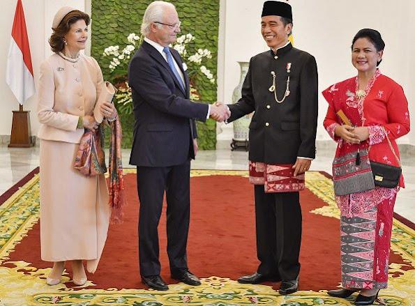 King Carl Gustav and Queen Silvia of Sweden met with Indonesian President Joko Widodo and his wife Iriana in Bogor, Indonesia