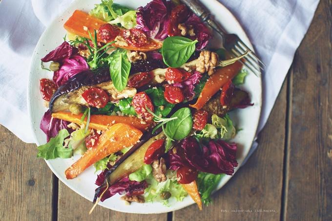 Sałatka z pieczonych warzyw z dodatkiem pomidorków w oliwie