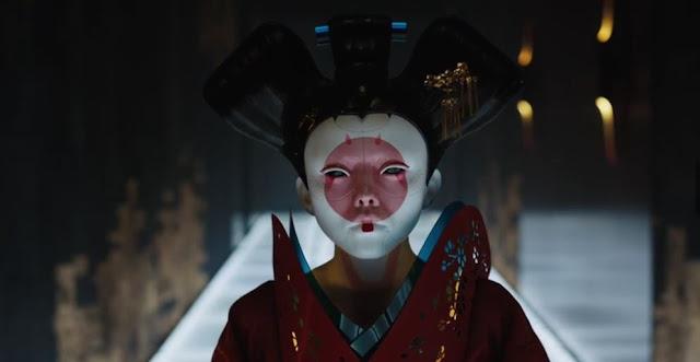 A Páncélba zárt szellem egy kultikus japán manga-, illetve animesorozat (képregény és animációs film) egyik epizódjának feldolgozása. A jövőben egy félig robot rendőr, Kuszanagi őrnagy (Johansson) titokzatos bűnöző ellen nyomoz, aki képes hatalmába keríteni az emberek elméjét.