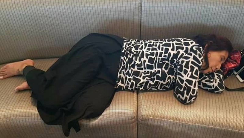 Menteri Susi Pudjiastuti tertidur di kursi bandara JFK