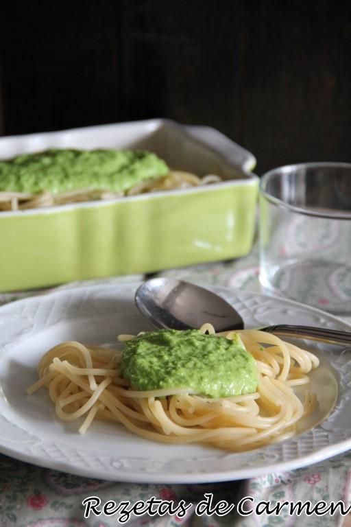 Espaguetis con crema de guisantes